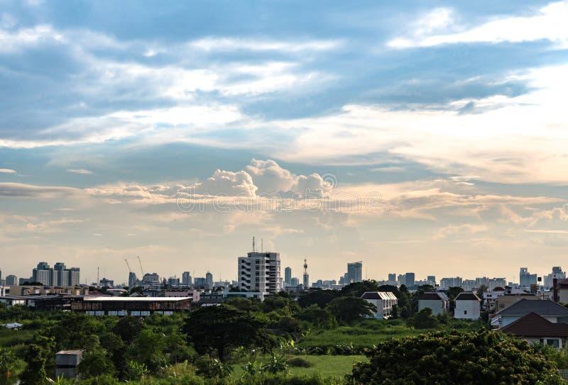 Céu nebuloso sobre a cidade foto de stock
