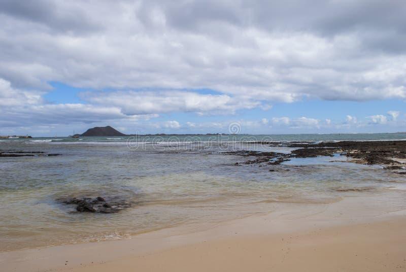 Céu nebuloso sobre a ilha tropical foto de stock