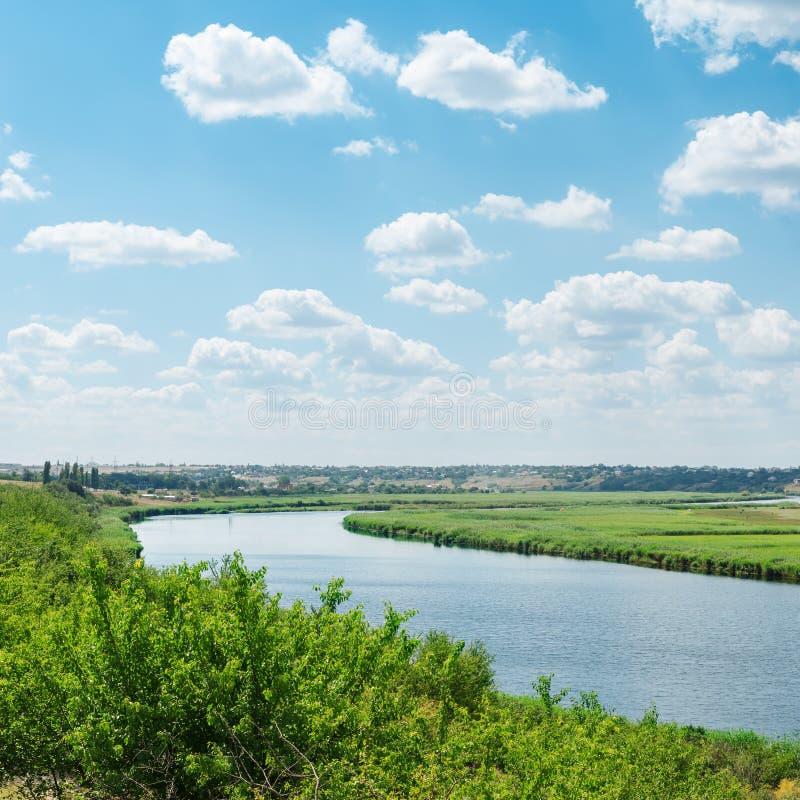 Céu nebuloso sobre o rio fotos de stock