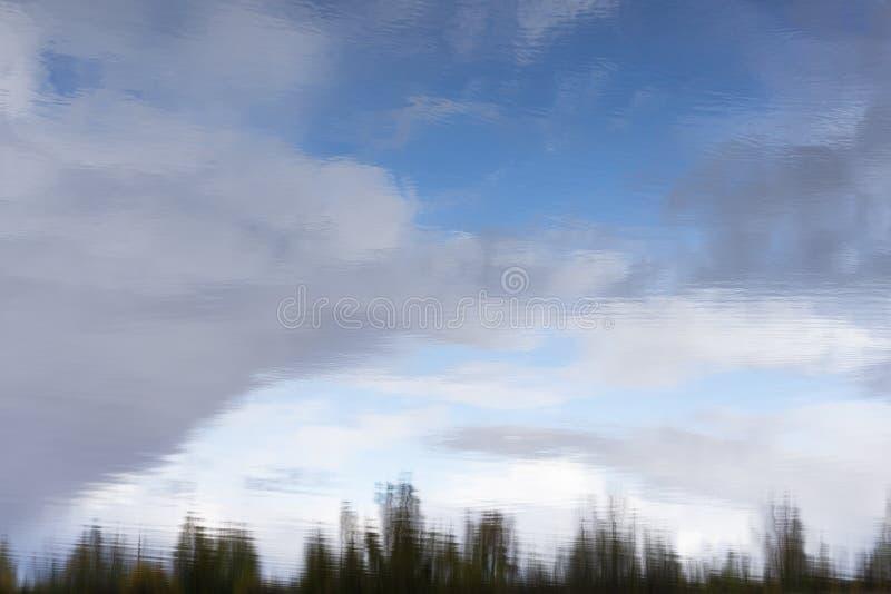Céu nebuloso sobre o rio Tamisa em cinzas Essex de Purfleet foto de stock
