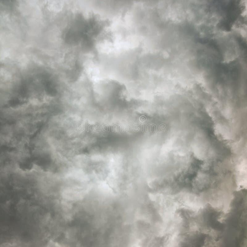 Céu nocturno da textura da nuvem antes da tempestade fotos de stock