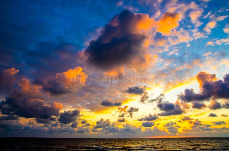 Céu notável do por do sol perto do oceano foto de stock