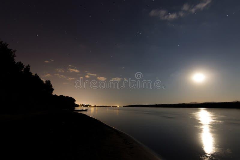 Céu noturno bonito com lua e constelação sobre Danube River fotos de stock royalty free