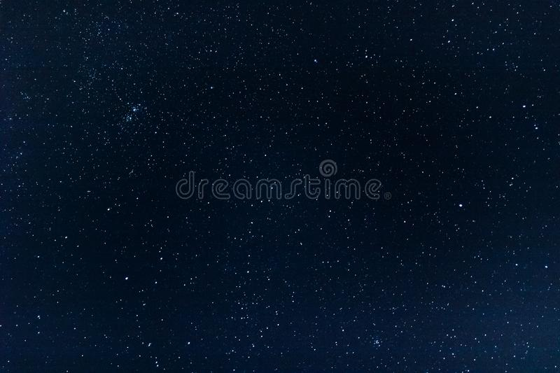 Céu noturno claro completamente das estrelas foto de stock