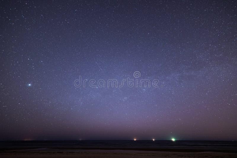 Céu noturno com as estrelas na praia Opinião do espaço fotografia de stock royalty free
