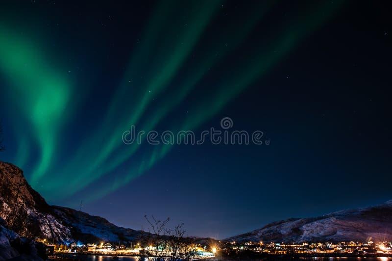 Céu noturno com aurora boreal (Aurora) sobre fiordes noruegueses dentro fotografia de stock