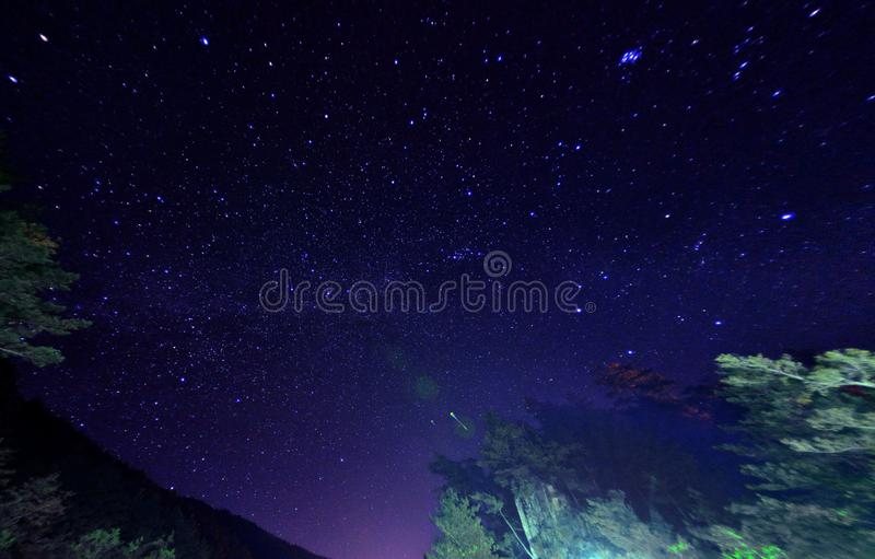 Céu noturno com estrelas e leitoso fotos de stock