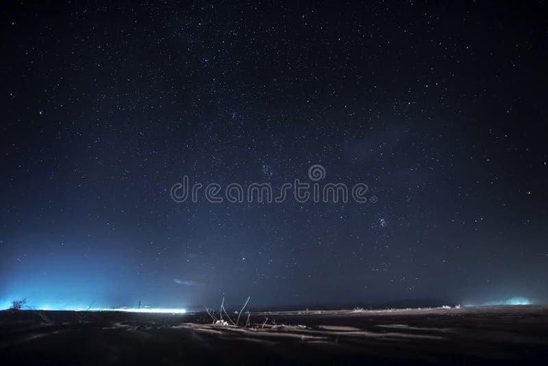 Céu noturno com estrelas Paisagem do deserto de Wadi Rum imagens de stock