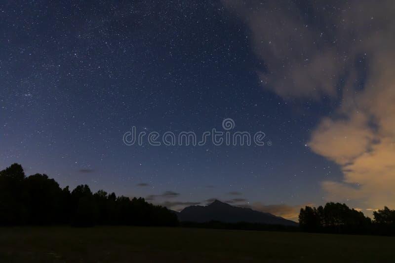 céu noturno com Krivan, altura Tatras, Eslováquia imagem de stock