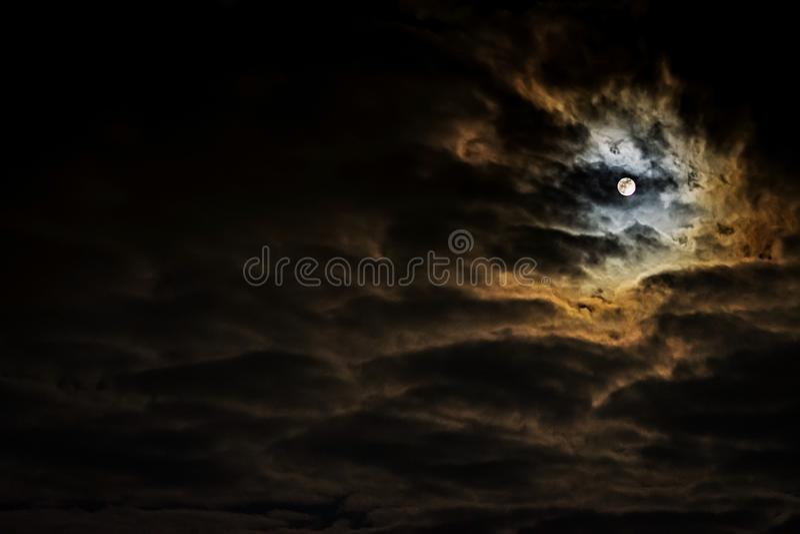 Céu noturno com Lua cheia e as nuvens bonitas imagens de stock royalty free
