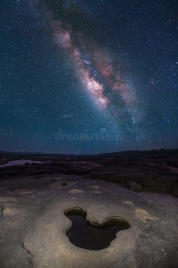 Céu noturno completamente da estrela e da Via Látea visível imagens de stock royalty free