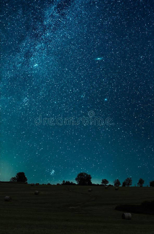 Céu noturno disparado sobre o campo A galáxia da Via Látea, a galáxia do Andromeda, a galáxia do triângulo e de estrela de Pleiad fotos de stock