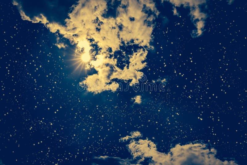 Céu noturno escuro surpreendente com muitos estrelas, Lua cheia brilhante e clo fotografia de stock royalty free