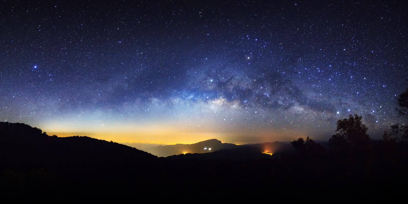 Céu noturno estrelado do panorama e galáxia da Via Látea com estrelas e sp imagem de stock