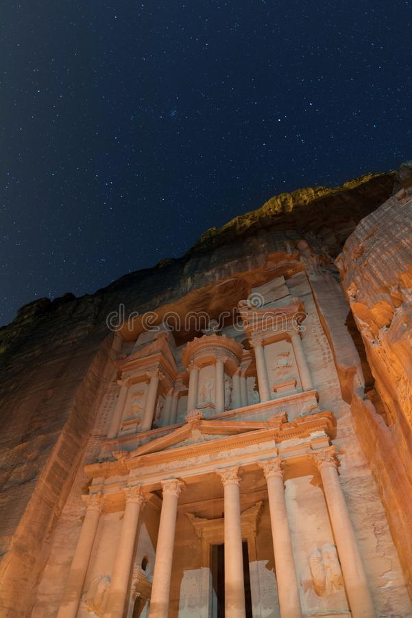 Céu noturno estrelado e o Tesouraria de PETRA, Jordânia imagem de stock