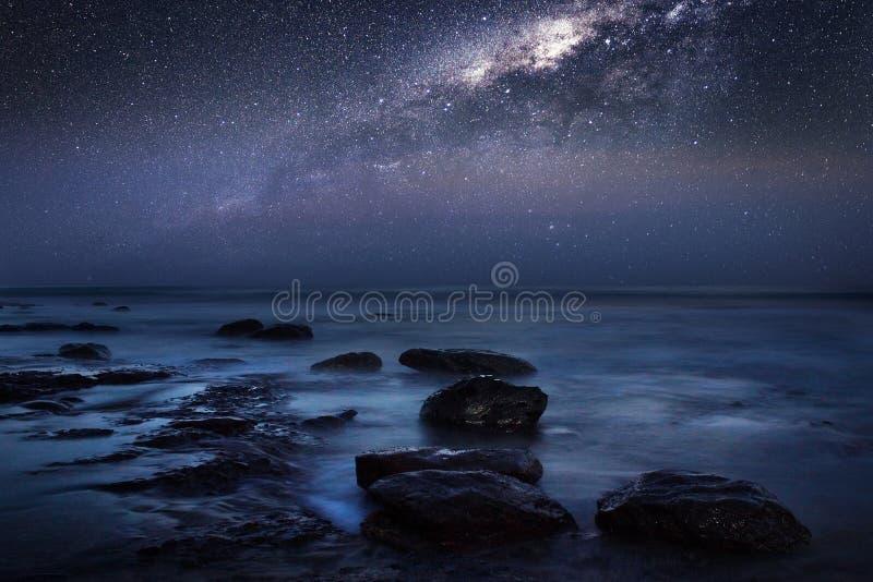 Céu noturno milkyway na praia fotos de stock