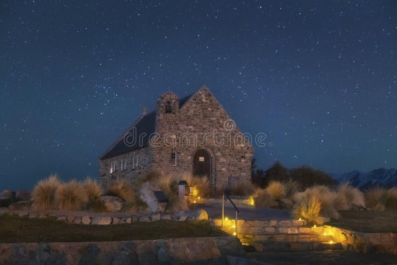 Céu noturno sobre a capela do bom pastor, lago Tekapo, Nova Zelândia fotos de stock royalty free