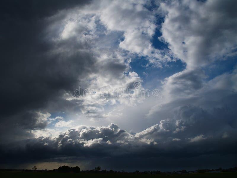Céu nublado com nuvens de tempestade imagem de stock