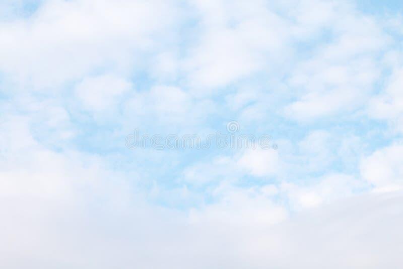 Céu, nuvens macias brancas, fundo macio dos azul-céu da nuvem do céu, nuvem do espaço livre do céu do cloudscape imagem de stock royalty free