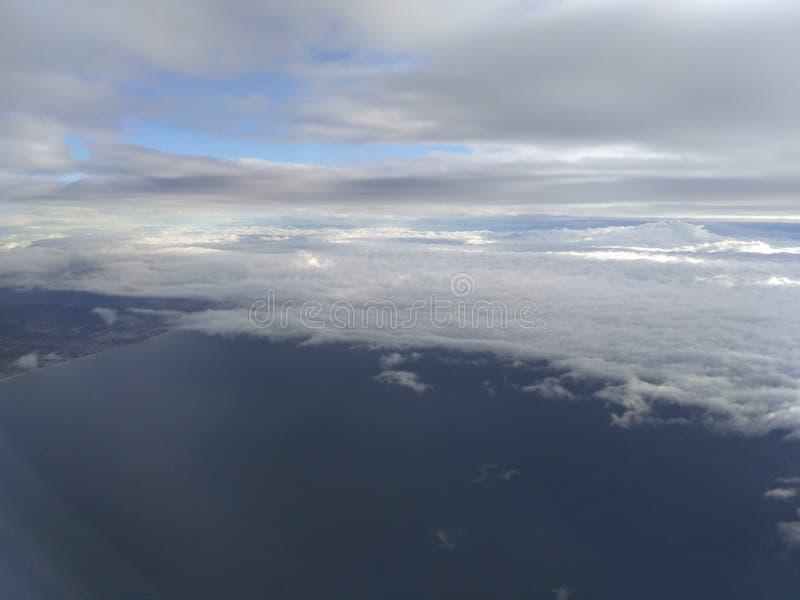 Céu, nuvens, terra, mar fotografia de stock