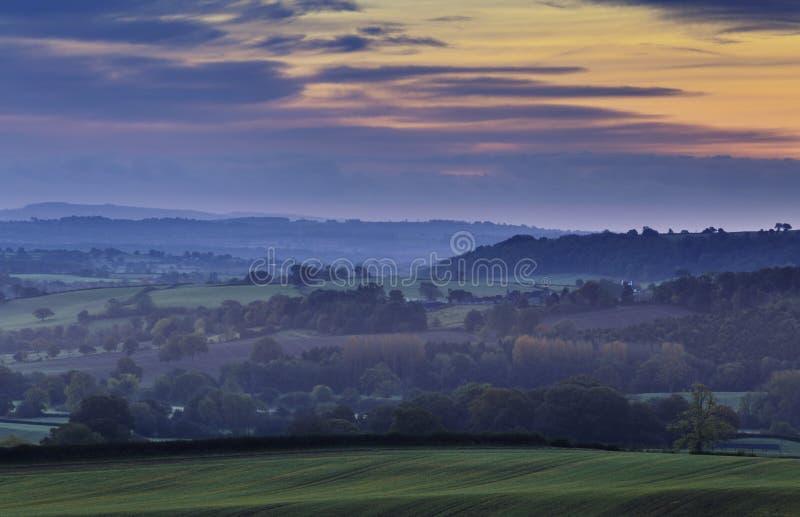 Céu outonal do nascer do sol sobre o campo britânico foto de stock royalty free
