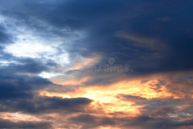 Céu poderoso do por do sol foto de stock