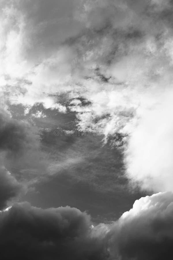 Céu preto e branco nebuloso fotos de stock royalty free