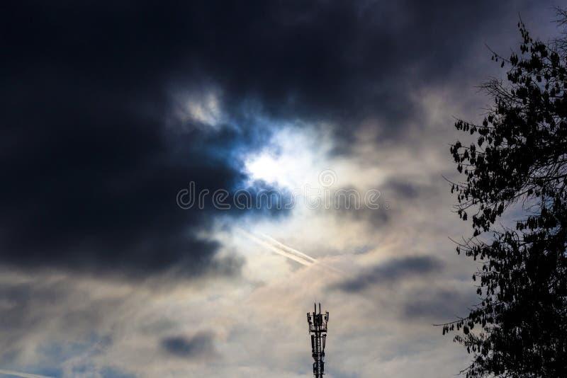CÉU PRETO Torre da telecomunicação contra um céu nebuloso tormentoso imagens de stock royalty free