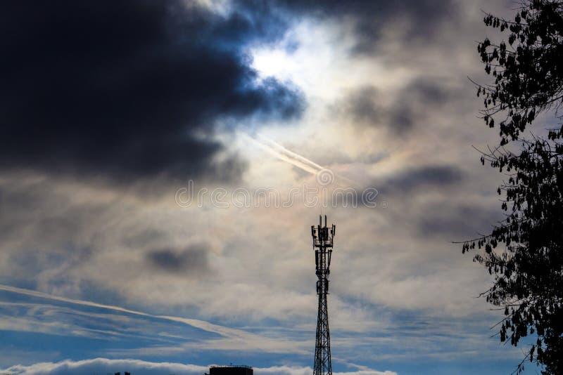 CÉU PRETO Torre da telecomunicação contra um céu nebuloso tormentoso foto de stock