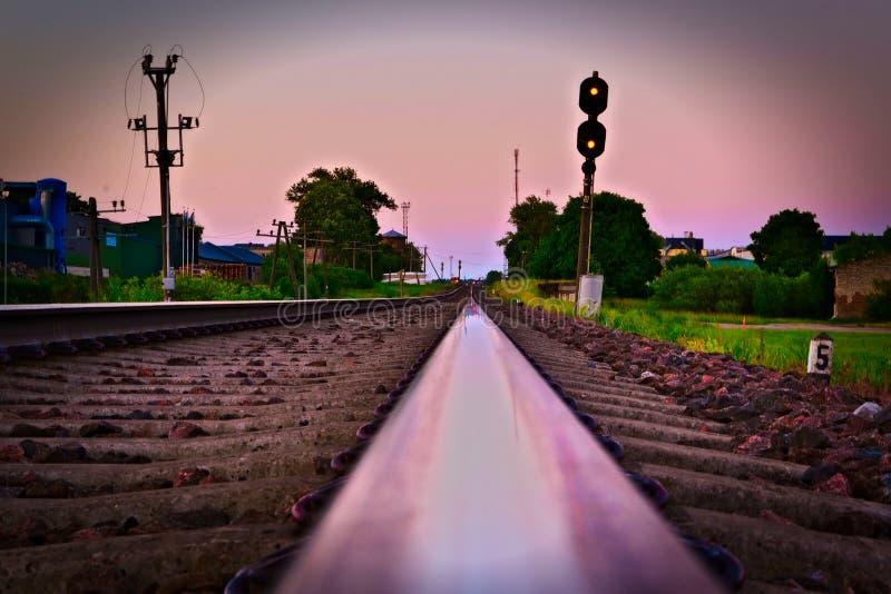 Céu que reflete ao longo da paisagem railway em Estônia fotografia de stock royalty free