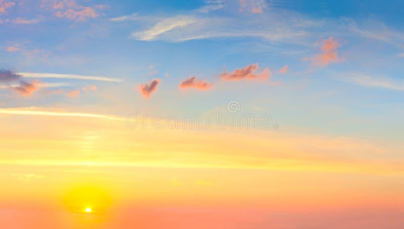Céu real do pôr do sol do nascer do sol com sol e as nuvens coloridas fotos de stock royalty free