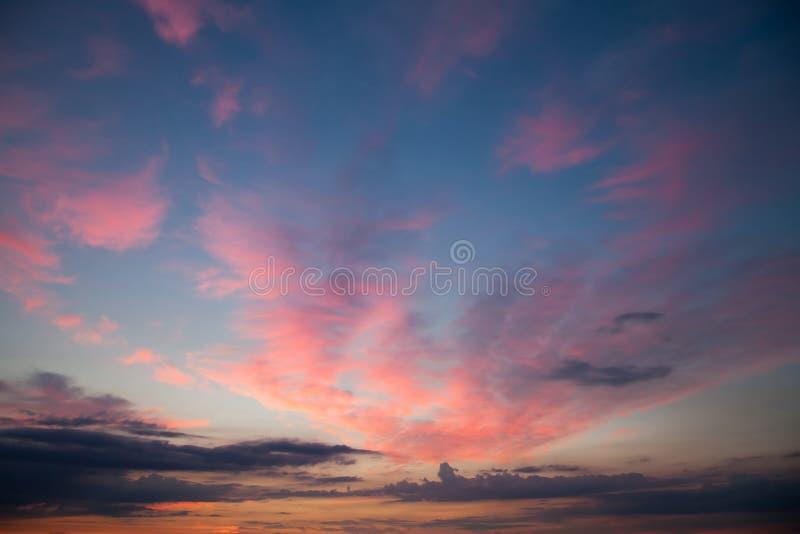 Céu romântico com obscuridade - nuvens azuis do nascer do sol do por do sol fotografia de stock royalty free