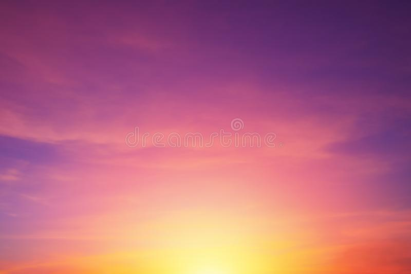 Céu romântico real do por do sol das cores roxas vibrantes brilhantes, fundo da cor da beleza da natureza fotos de stock royalty free