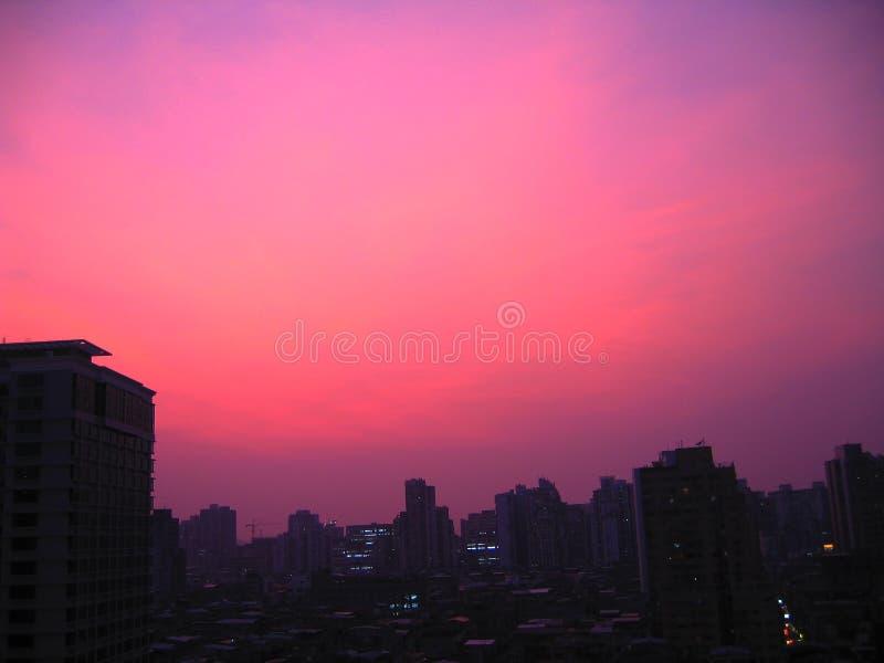 Céu roxo calmo em Macau antes que a batida destrutiva da tempestade fotografia de stock