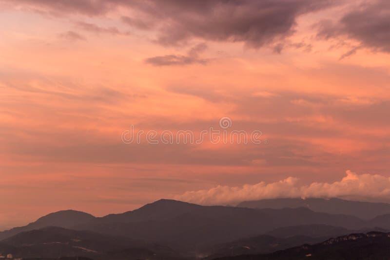 Céu roxo dramático sobre montes enevoados fotos de stock royalty free