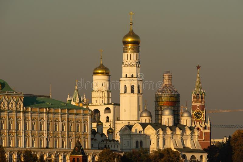Céu Smoggy sobre o Kremlin de Moscou Luz amarela da estação do outono fotografia de stock royalty free