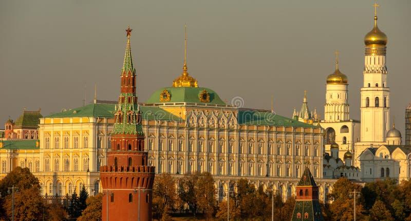Céu Smoggy sobre o Kremlin de Moscou Luz amarela do seaso do outono foto de stock