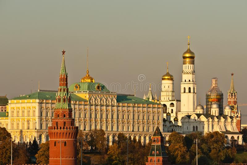 Céu Smoggy sobre o Kremlin de Moscou Luz dourada do outono fotos de stock royalty free