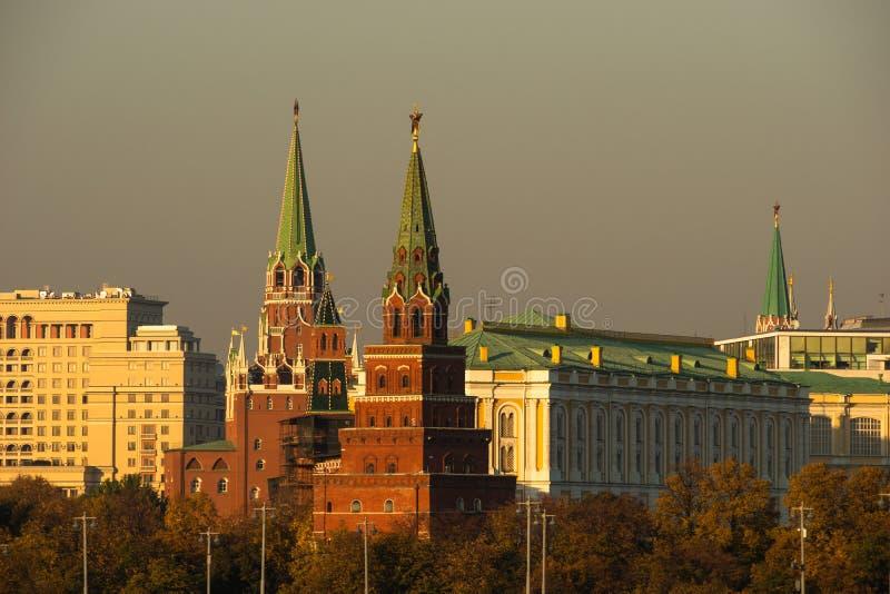 Céu Smoggy sobre torres do Kremlin de Moscou Luz dourada do ev do outono fotografia de stock royalty free