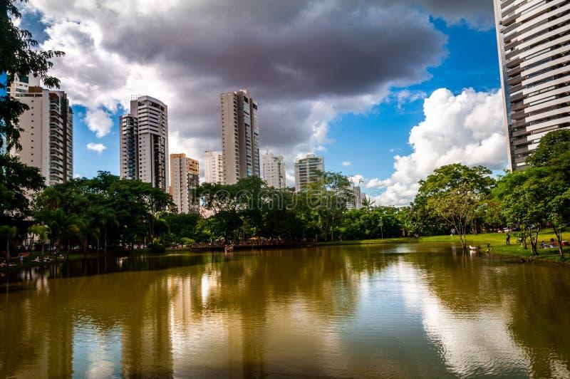 Céu sobre o parque da cidade central imagens de stock