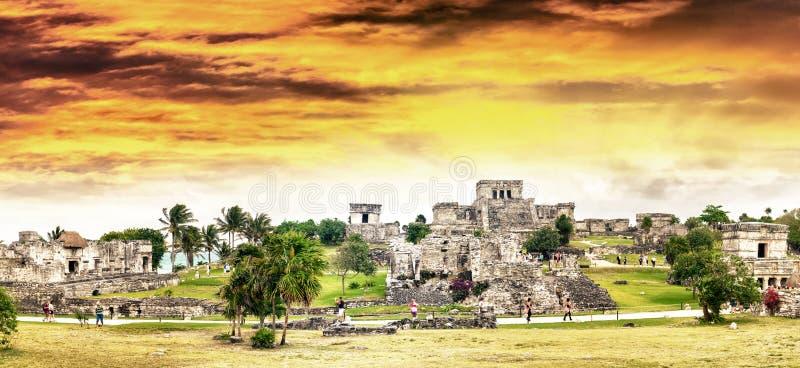 Céu sobre ruínas maias de Tulum - México do por do sol fotos de stock royalty free