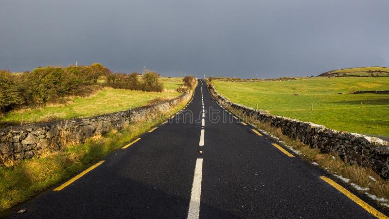 Céu sombrio da Irlanda rural da estrada imagens de stock