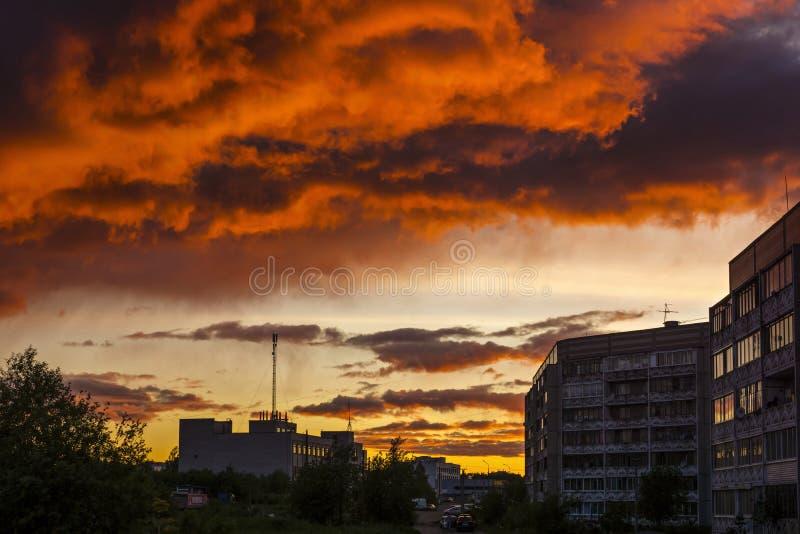 Céu sombrio sobre a cidade fotografia de stock royalty free