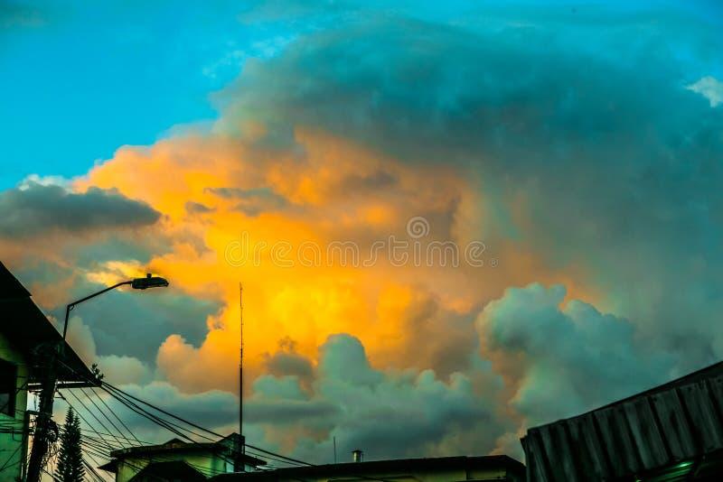 Céu surpreendente em Equador e em telhados imagem de stock