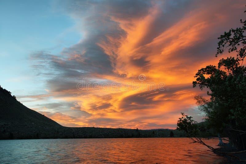 Céu surpreendente no por do sol do lago convict imagem de stock