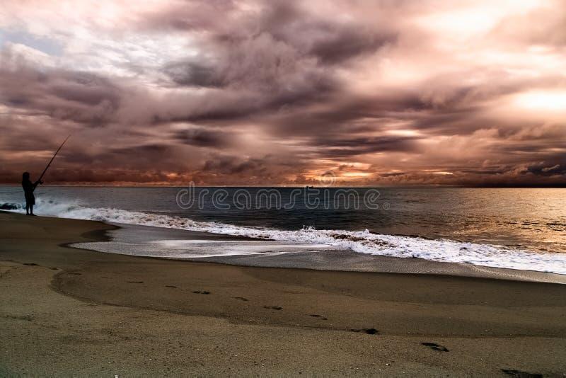 Céu tormentoso bonito sobre Oceano Atlântico Seascape dramático colorido com nuvens escuras foto de stock royalty free