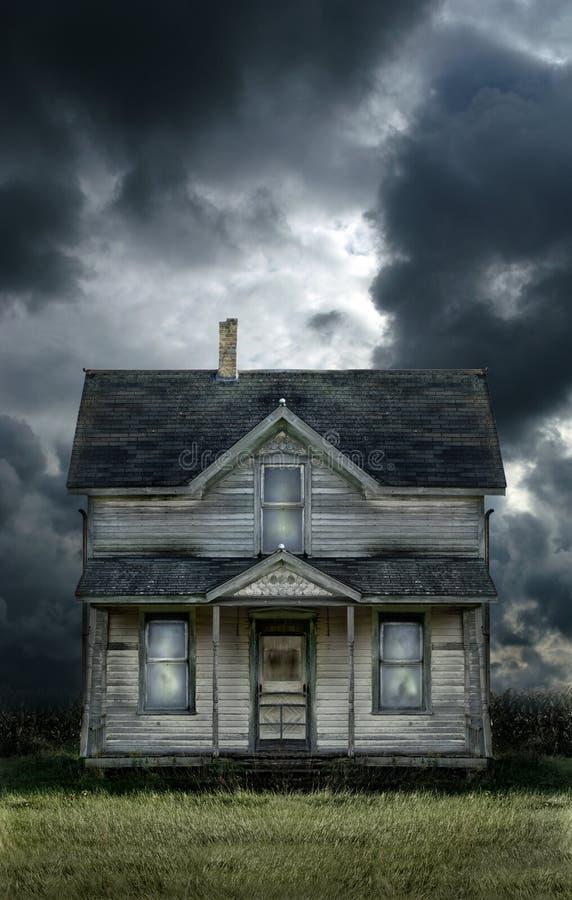 Céu tormentoso da casa da quinta velha imagem de stock royalty free