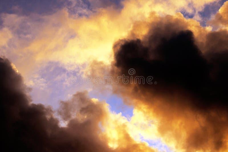 Céu tormentoso do por do sol com as nuvens dramáticas escuras imagens de stock royalty free