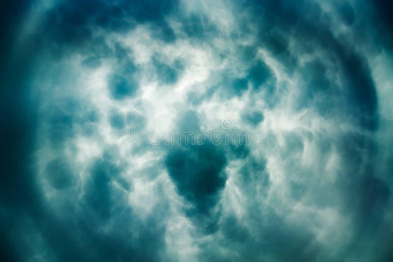 Céu tormentoso dramático Centro da formação da tempestade imagem de stock royalty free