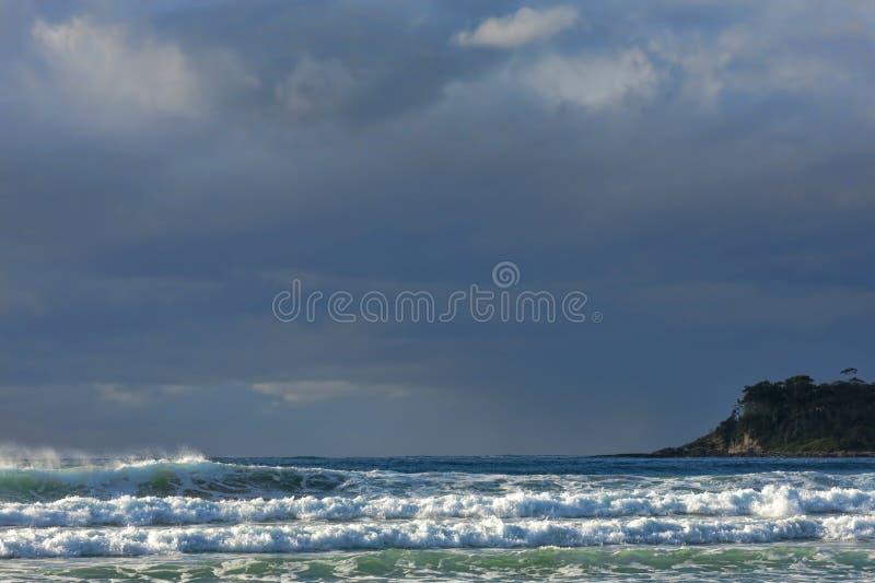 Céu tormentoso e ondas ensolarados fotografia de stock royalty free